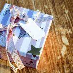 Caja de cartón decorada para regalos